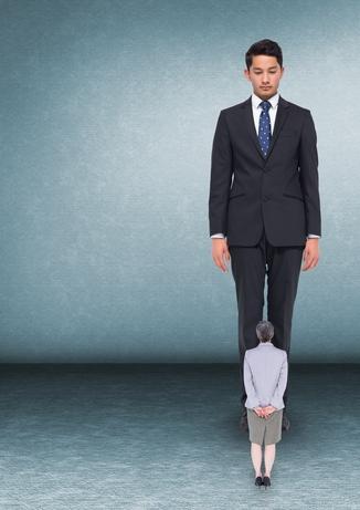 Kleiner Einzelunternehmer (w.) blickt auf zu großem Geschäftsmann.